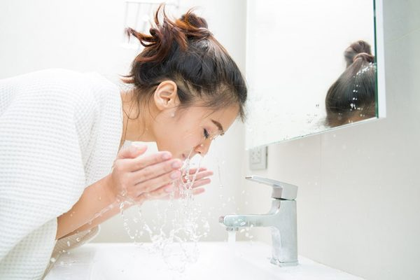 woman-cleansing-her-face-morning-before-shower 800-min